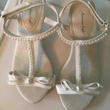 American Eagle Outfitters Shoes | Girls American Eagle White Dress Sandals 2 12 | Color: White | Size: 2.5bb